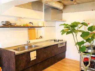 キッチンリフォーム スケルトン天井に仕上げた開放感のあるキッチン